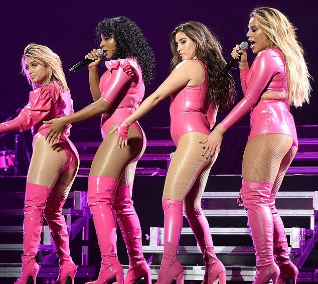 Красотки из Fifth Harmony облачились в розовый латекс и опозорились прямо на сцене